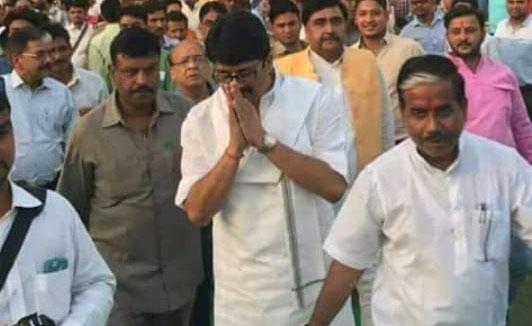 समर्थकों साथ बाहुबली विधायक रघुराज प्रताप सिंह ऊर्फ राजा भैया
