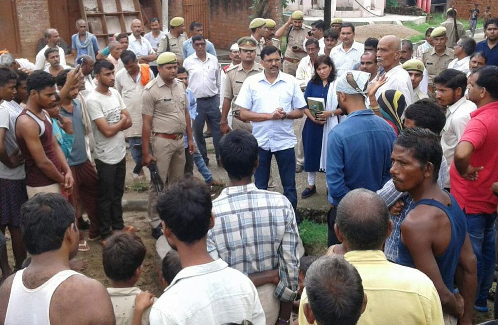 ग्रामीणों से बातचीत करते डीएम आंजनेय कुमार सिंह