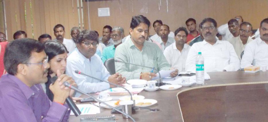 बैठक के दौरान डीएम आंजनेय कुमार सिंह
