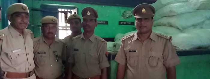 काली मिर्च बरामद करने वाली पुलिस टीम
