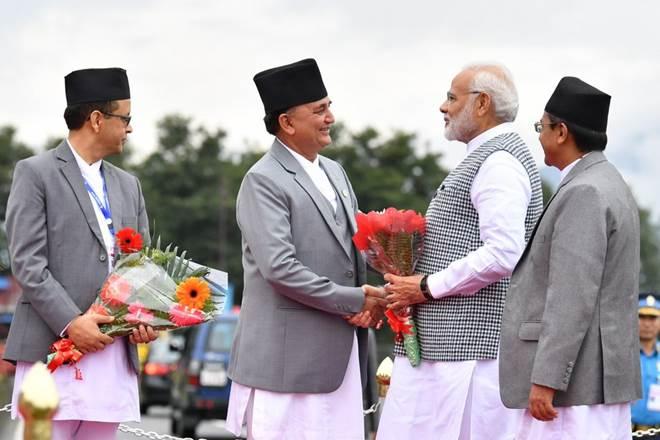 पीएम मोदी का स्वागत करते नेपाल के रक्षा मंत्री ईश्वर पोखरेल