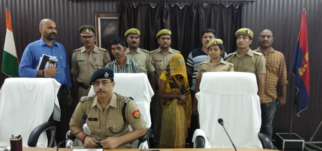 हत्याकांड का खुलासा करते एसपी राहुल राज और गिरप्तार हत्यारोपी