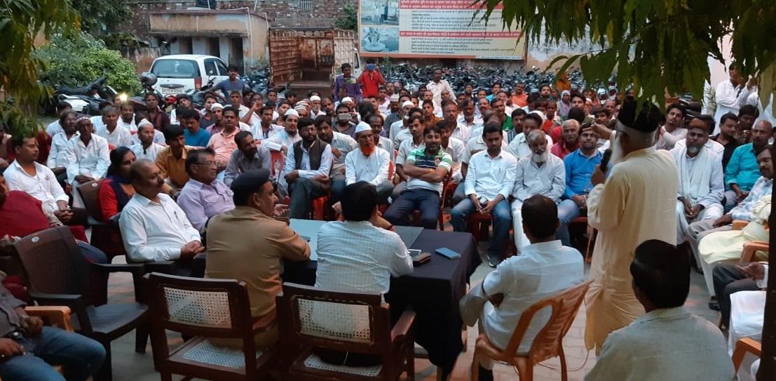 बैठक में उपस्थित ग्रामीण और पुलिस अधिकारी