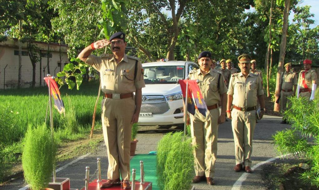 परेड की सलामी लेते पुलिस अधीक्षक आरपी सिंह