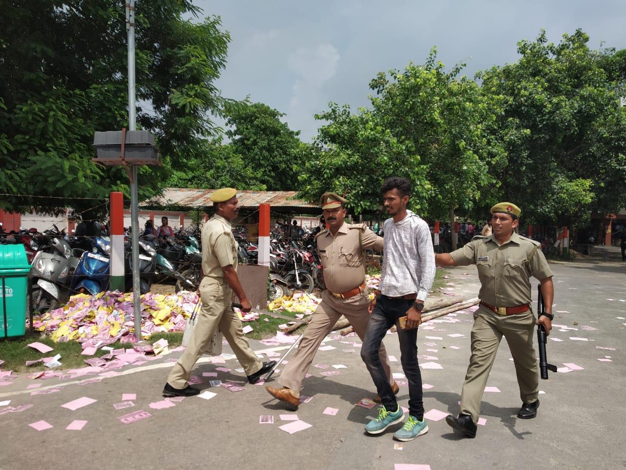 छात्र का कॉलर पकड़ जबरन ले जाती पुलिस