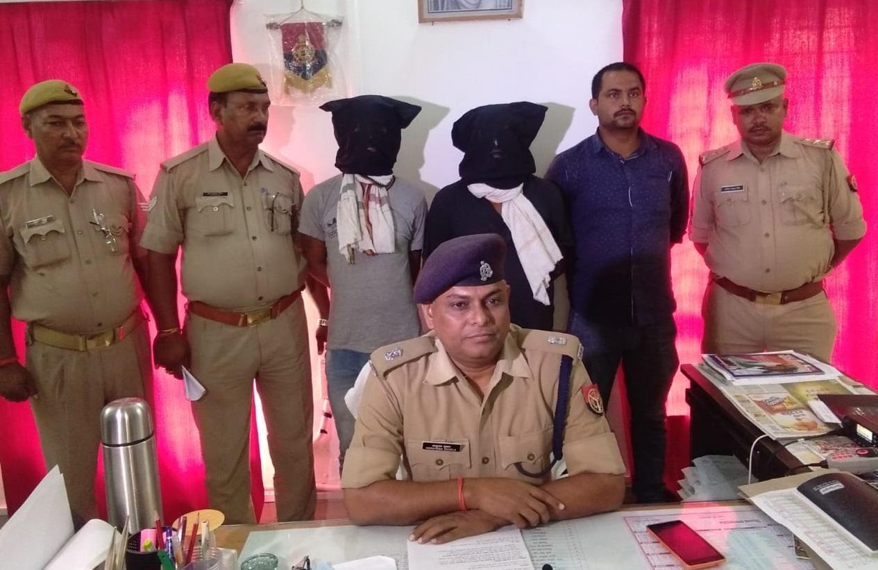 गिरफ्तार आरोपियों के साथ मामले का खुलासा करते एएसपी आशुतोष शुक्ला
