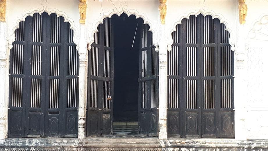 रामजानकी मंदिर के इसी मुख्य द्वार का चोरों ने तोड़ा ताला