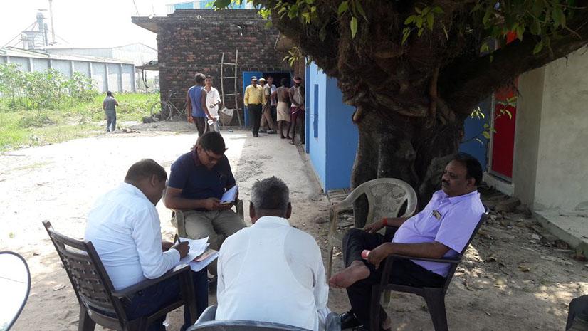 नौतनवां कस्बे में छापेमारी के दौरान एसडीएम मदन कुमार टीम के साथ