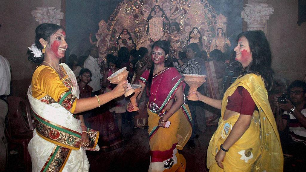पश्चिम बंगाल में दुर्गा उत्सव के दौरान महिलाएं (फाइल फोटो)