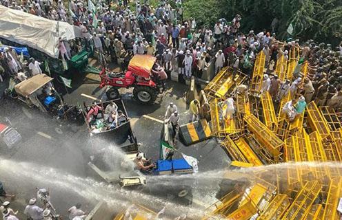 मांगों को लेकर दिल्ली-यूपी बॉर्डर पर प्रदर्शन करते किसान