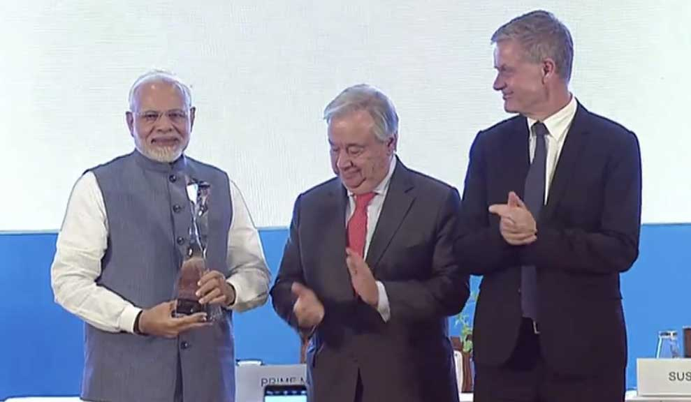पीएम मोदी को सम्मानित करते यूएन चीफ एंटोनियो गुटेरेस