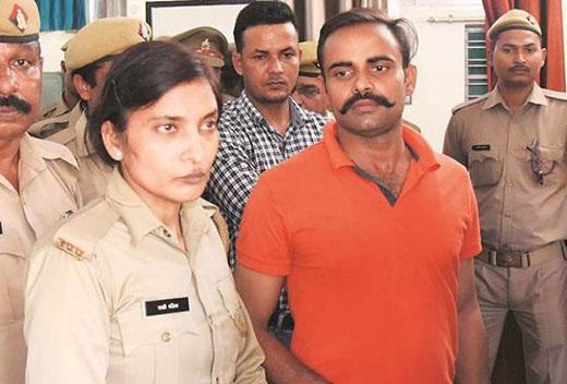 आरोपी पुलिसकर्मी प्रंशात चौधरी के साथ उनकी पत्नी आरक्षी राखी मलिक (फाइल फोटो)