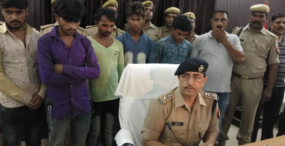 पुलिस अधीक्षक राहुल राज और गिरफ्तार लुटेरे