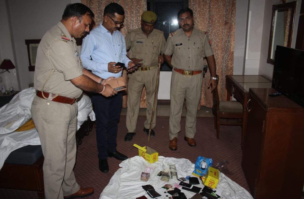होटल में छापेमारी करती पुलिस टीम