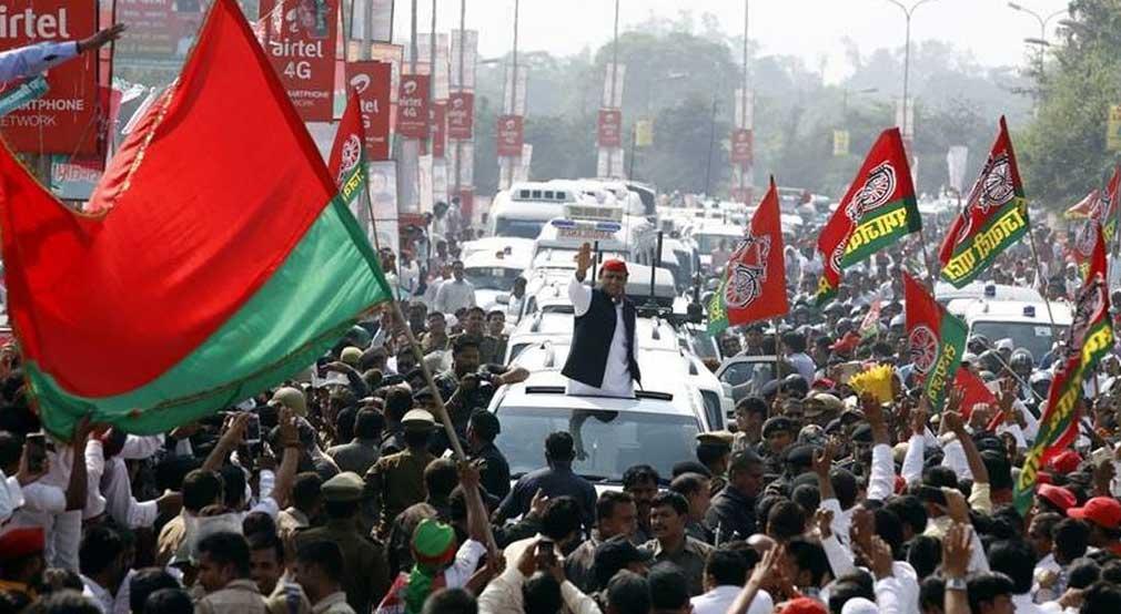 सपा की एक रैली में पार्टी अध्यक्ष अखिलेश यादव