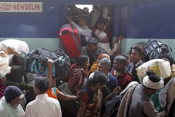 गुजरात से अपने प्रांतों के लिए वापस लौटते लोग