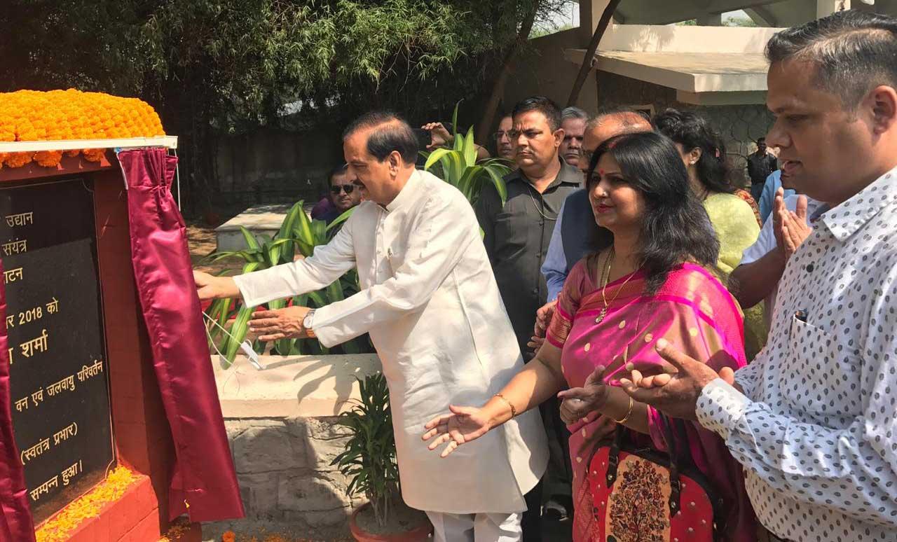 चिडिया घर में बायो गैस संयंत्र का उद्घाटन करते केंद्रीय मंत्री डा. महेश शर्मा, साथ में जू की निदेशक रेनू सिंह