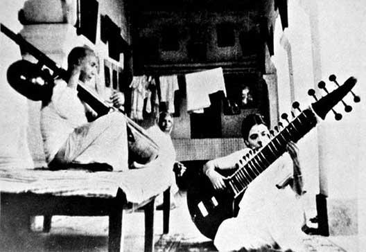 पिता अलाउद्दीन खान के साथ अन्नापूर्णा देवी (फाइल फोटो)