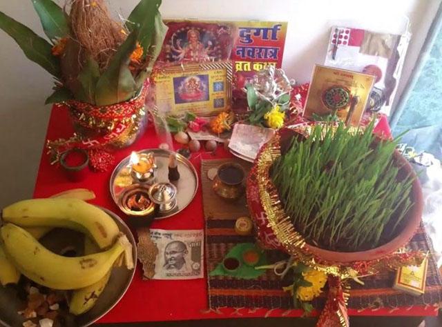 नवरात्रि मां दुर्गा की पूजा के लिए रखा सामान