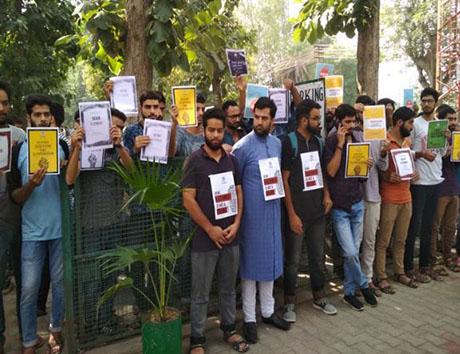 अलीगढ़ मुस्लिम विश्वविद्याल में कश्मीरी छात्रों का उमड़ा हुजूम