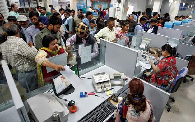 बैंक में लेन-देन करने पहुंचे ग्राहक (फाइल फोटो)