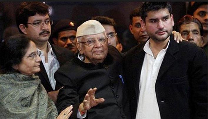एनडी तिवारी, पत्नी पत्नी उज्ज्वला और पुत्र रोहित के साथ (फाइल फोटो)