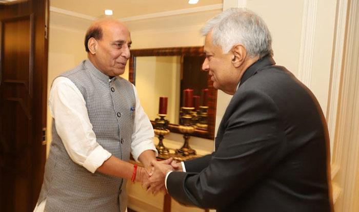 श्रीलंकाई प्रधानमंत्री से से मुलाकात करते राजनाथ सिंह