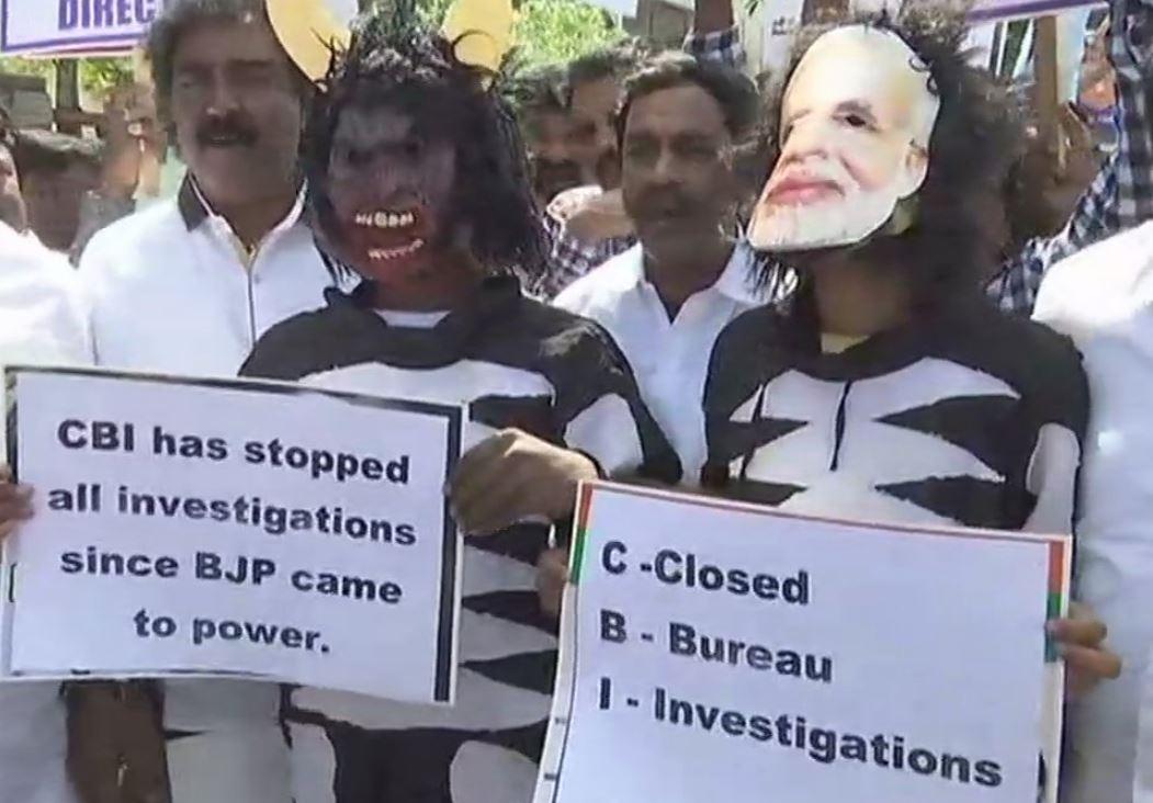 बेंगलुरु में सीबीआई दफ्तर के बाहर प्रदर्शन करेत कांग्रेसी