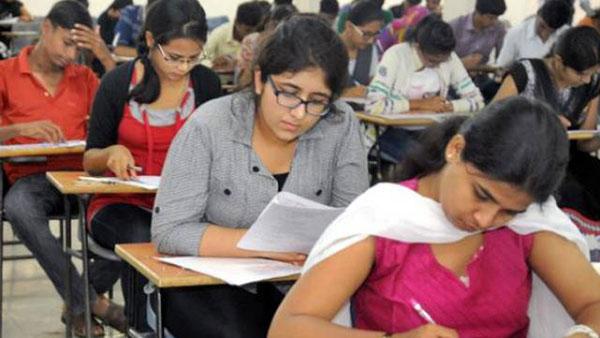 परीक्षा देते  छात्र (फाइल फोटो)
