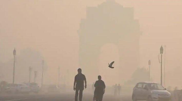 स्मॉग की चादर में खोया इंडिया गेट (फाइल फोटो)