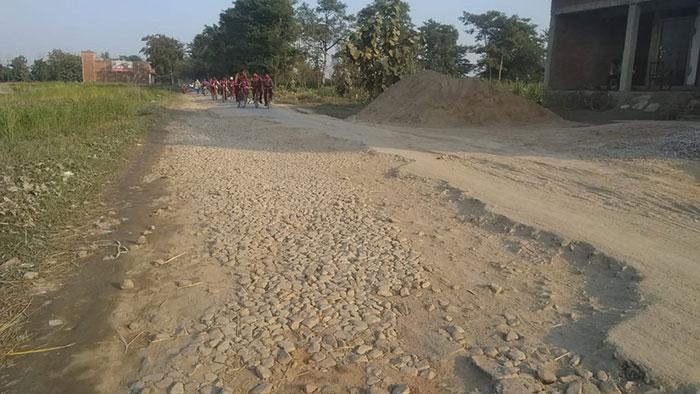 जगह- जगह क्षतिग्रस्त सड़कें