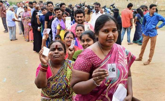 मतगणना स्थल के बाहर उमड़ी भीड़ (फाइल फोटो)