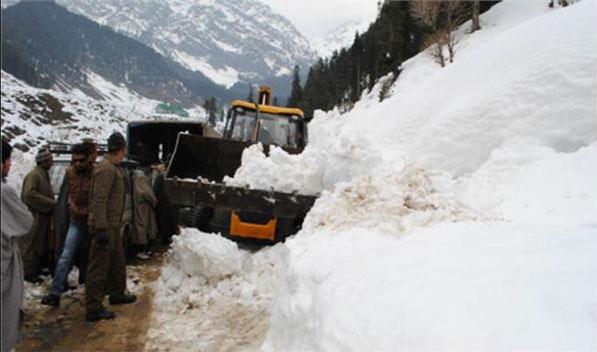 जम्मू-कश्मीर में हिमपात ने बढ़ाई मुसीबत