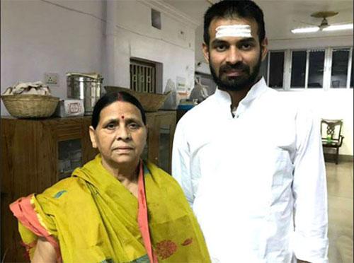 मां राबड़ी देवी के साथ तेज प्रताप यादव (फाइल फोटो)