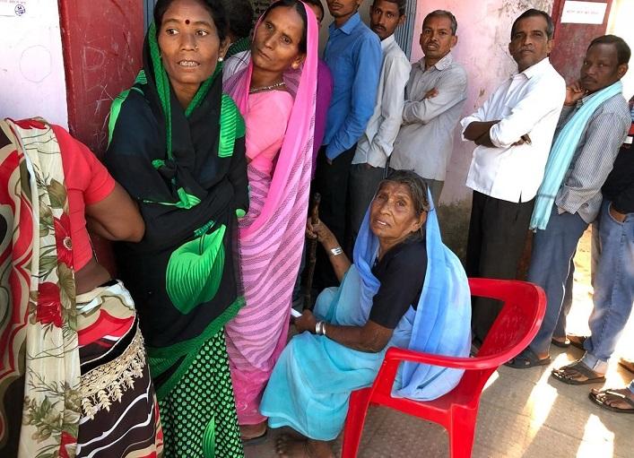 मतदान केंद्र में वोट के लिये जुटे मतदाता