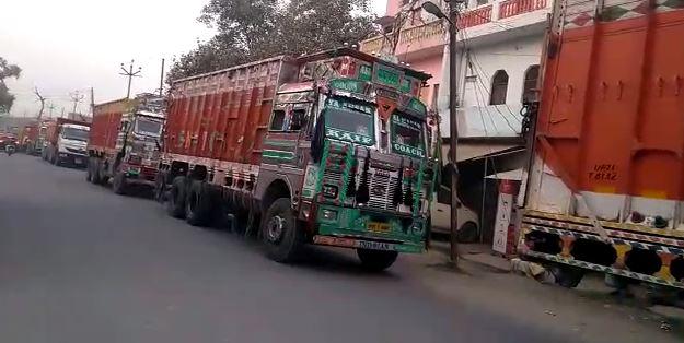 पुलिस द्वारा सीज किए गए ट्रक