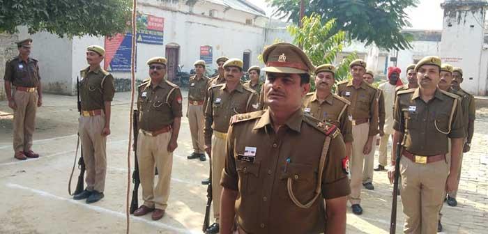 झंडे को सलामी देते पुलिस अधिकारी व पुविृ