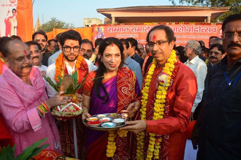 अयोध्या के लक्ष्मण किला में परिवार के साथ उद्धव ठाकरे