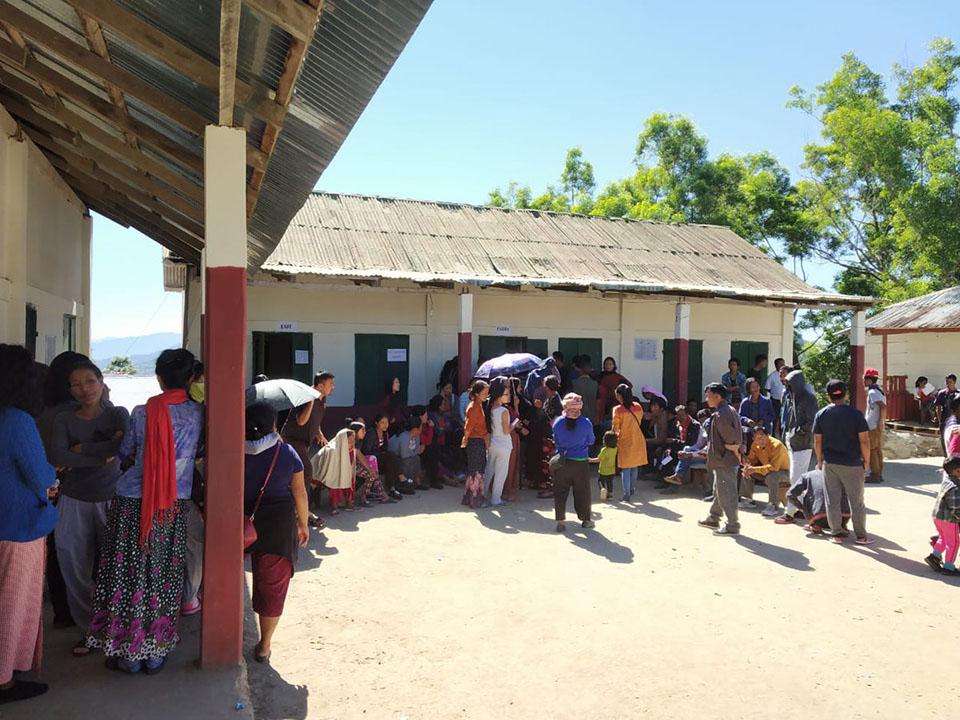 मतदान केंद्र में वोट के लिये उमड़े मतदाता