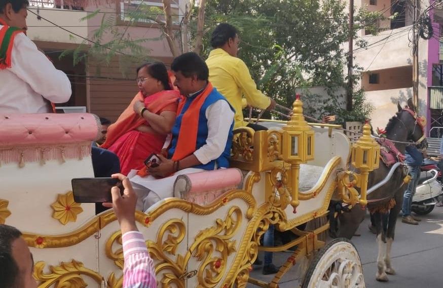 कैलाश विजयवर्गीय मतदान के लिए बग्घी में सवार