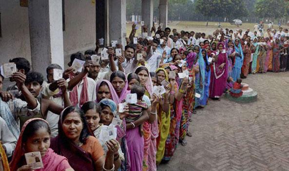 MP चुनाव में मतदान केंद्रों में उमड़े वोटर