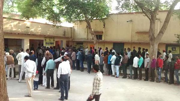 मतदान केंद्र में 3 चुनावी अधिकारियों की मौत