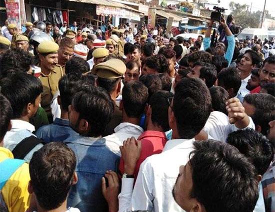 छात्रों पर पुलिस ने भांजी लाठियां