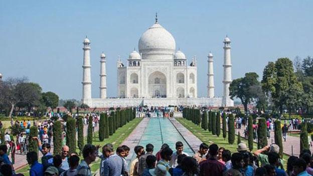 ताजमहल में देश-विदेश से जुटते हैं पर्यटक