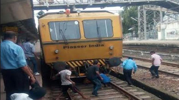चलती ट्रेन के आगे कूदी छात्रा (सांकेतिक तस्वीर)
