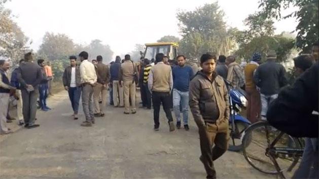 ग्रामीणों की घटनास्थल पर लगी भीड़