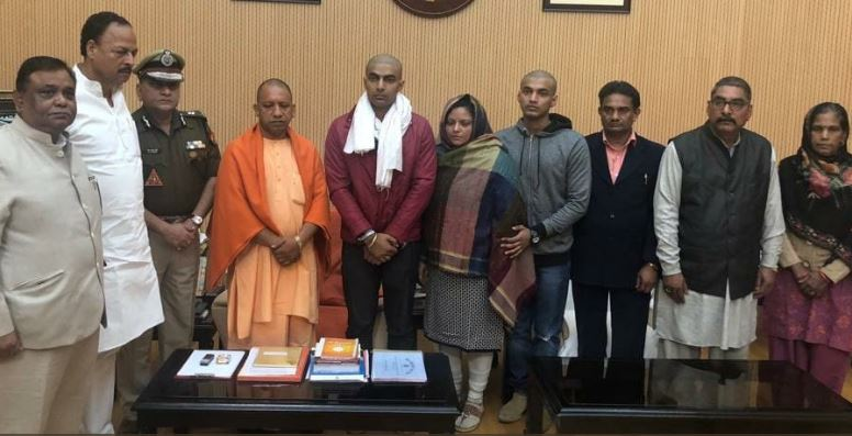 शहीद इंस्पेक्टर सुबोध कुमार सिंह के परिजनों ने सीएम योगी से की मुलाकात