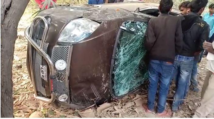 खाई में गिरी कार