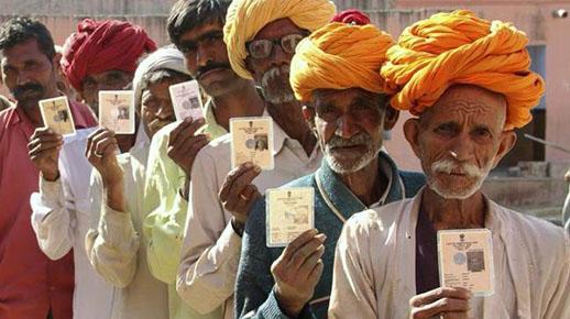मतदान केंद्र में वोट करने पहुंचे मतदाता