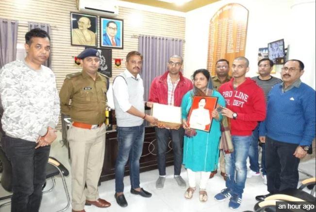 अलीगढ़ पुलिस शहीद के परिजनों को रकम सौंपते हुए